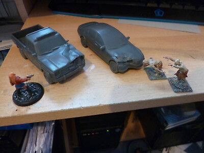 2 Damaged Vehicles plastic 28mm scale new