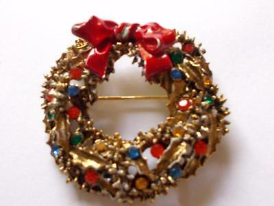 VINTAGE 1950's SIGNED ART CHRISTMAS HOLLY WREATH CRYSTAL ENAMEL GOLD TONE BROOCH