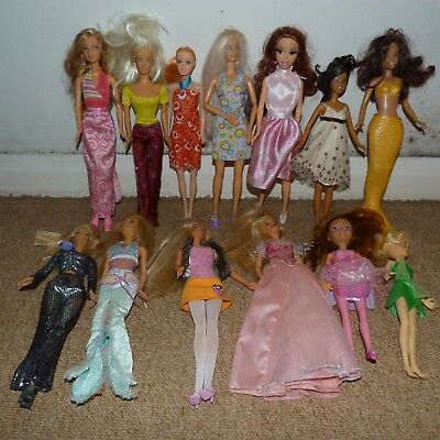 Huge bundle of 40 Barbie Dolls with clothes, spare clothes carriage & Horse