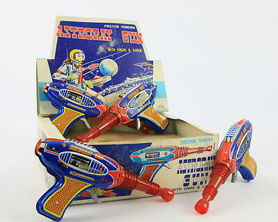Astroray Gun 12 Pieces !!!! Incl Shop Box Friction Powered Whith Spark & Siren.