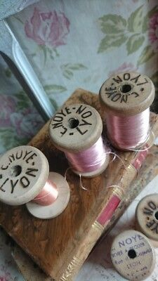 5 DELICIEUX WOODEN SPOOLS OF FINE PURE LYONS SILK THREAD IN PINK HUES c1900