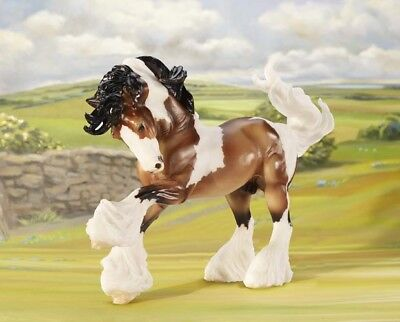 Breyer 1497 Gypsy Vanner in motion pinto color bay & white Scale:1:9<><