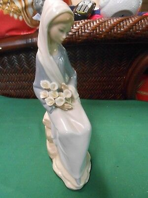 Beautiful LLADRO Porcelain LADY with FLOWER Figurine..........FREE POSTAGE USA