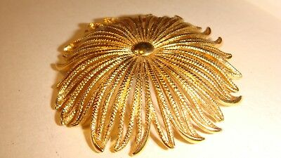 0351e373340 VINTAGE SIGNED MONET Gold Tone Sunflower Or Daisy Pin Brooch Estate ...