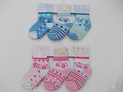 "BNWT Baby girls and boys blue and pink ""I love hugs"" socks. 0-3 m 3-6 m 6-12 m"