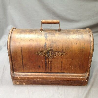 Vintage Singer sewing machine in a wooden case ##RUG230IC