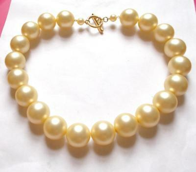 VINTAGE 1970's CHUNKY LUCITE CREAM PEARL BEADS BEADED STATEMENT NECKLACE