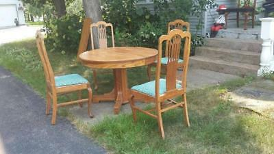 Round/Oval Antique Solid Oak Kitchen/Dining Room Table w/(4) chairs w/ 2 Leaves