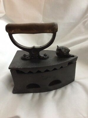 Antique Vintage Cast Iron Coal Heated Iron With Head Latch In Original Condition