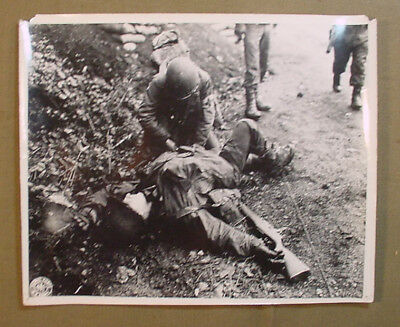Wwii Us Army Signal Corps Photo – Medic Helps Wounded Soldier