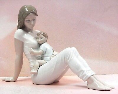 A Mother's Love Beautiful Mom And Child Figurine 2018 By Lladro Porcelain  9336
