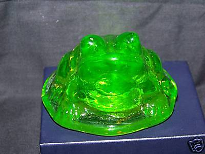 Beautiful Vaseline Uranium Setting Baby Bull Frog Figurines Glow (( Id112322 ))