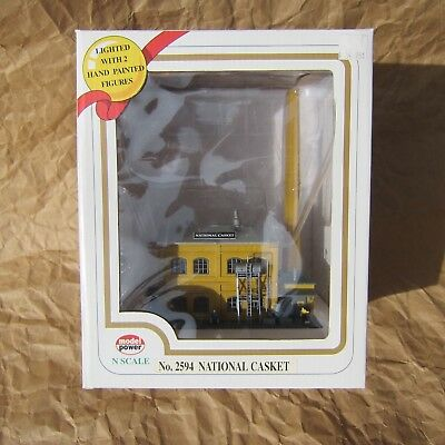 NEW ~ LIGHTED ~ FACTORY BUILDING With FIGURES ~ N Scale Lot ~ Mayhayred Trains