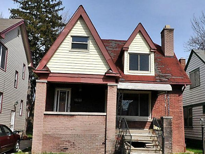 1.5 Story Detroit House, 3 Bedrooms, Has a Garage!