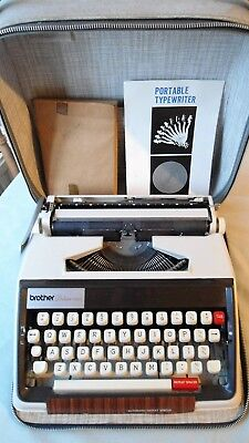 VINTAGE BROTHER DELUXE DE LUXE 1350 TYPEWRITER OFF-WHITE IN CARRY CASE 1960s/70s