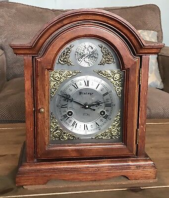 A NICE VINTAGE OAK CASED STRIKING BRACKET / TABLE CLOCK, CIRCA 1980s..NO RESERVE