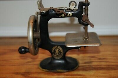 Vintage Working SINGER No. 20 Sewhandy Toy Child's Sewing Machine Sew-Handy Old