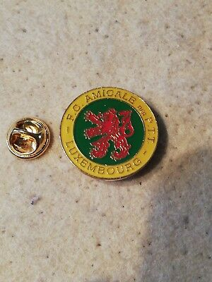 Pin's Pins F.C. Amicale des PTT poste Luxembourg post logo lion