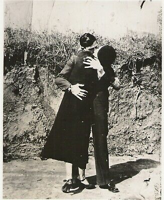 Bonnie and Clyde Kissing American Gangsters Poster Art Photo 11x14 16x20 20x24