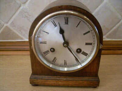 VINTAGE 1930s COMPACT SIZE   OAK MANTLE  CLOCK WITH KEY HOURLY STRIKE