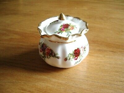 ROYAL ALBERT TRINKET or SUGAR BOWL WITH COVER IN OLD COUNTRY ROSES PATTERN.