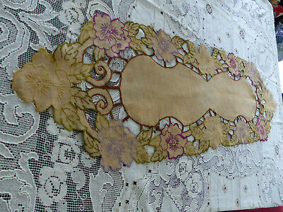 Ancien chemin de table brodé main broderie , centre de table napperon