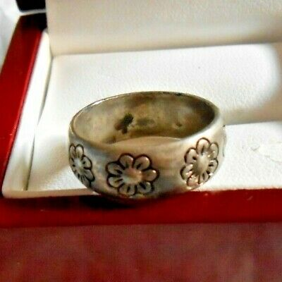 Silver band ring with flowers has S stamped inside the ring size 6.5