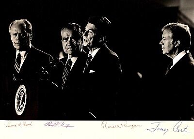 PRESIDENT RONALD REAGAN CONSULTS WITH GERALD FORD IN 1981-8X10 PHOTO BB-056