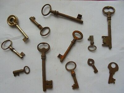 Large collection of antique rusty old keys (f3)