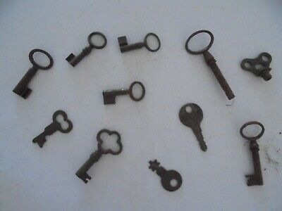 Large collection of antique rusty old keys (GK)