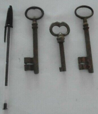 job lot of 3 large antique key - rusty (s1)
