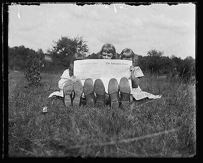 ONE (1) LATE 1800s EARLY 1900s GLASS NEGATIVE, THREE GIRLS READING NEWSPAPER