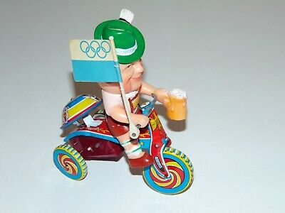 altes MADE in JAPAN Blechspielzeug Boy On Tricycle Bayer Olympia mit Bierkrug!