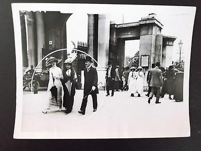 1913 walk in hyde park after church vintage press photograph