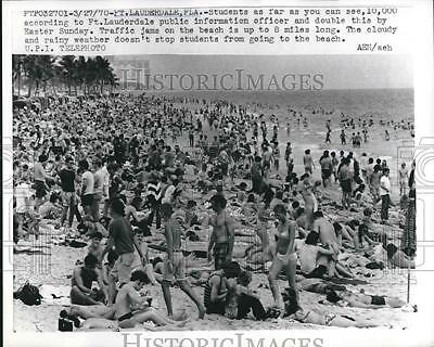 1970 Press Photo Students on Beach at Fort Lauderdale, Florida