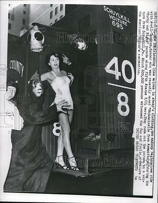 1950 Press Photo NYC, American Legionaires & Avril Tandron in 5th Ave parade