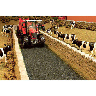 BRUSHWOOD BT2093 Country Lane - 1:32 Farm Toys