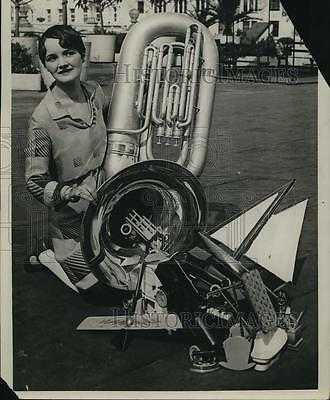 1926 Press Photo Miss Lois Sheppard with her home manufactured horn