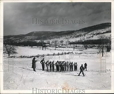 1959 Press Photo Tour Members Learning How To Ski In A 7 Day Course