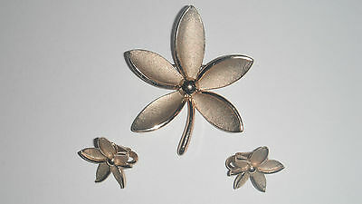 TRIFARI GOLD TONE VINTAGE FLOWER BROOCH & CLIP-ON EARRINGS SET c1960's-1970's