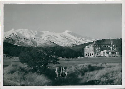 New Zealand, Castle and Ruapehu Mount (Ohacka)  Vintage silver print.  Tirage