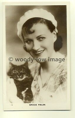 b1165 - Film Actress & Singer - Gracie Fields with her cat - postcard