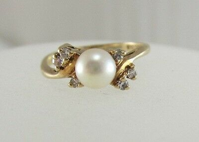 Beautiful Ladies 10Kt Yellow Gold Pearl And Diamond 0.09Ct Ring 1.8 Grams