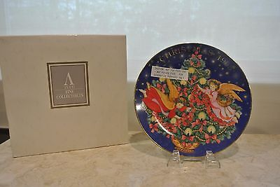 "Avon Fine Collectibles ""Trimming the Tree"" 1995 Christmas Plate"