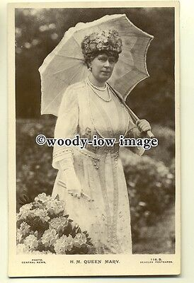 r0361 - Queen Mary with a parasol - postcard