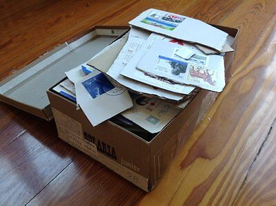 Worldwide: Great Lot Of Fragments - Stamps - Old To Modern - About 0,6 Kg Box
