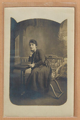 Carte Photo vintage card RPPC femme assise robe mode fashion pz0380