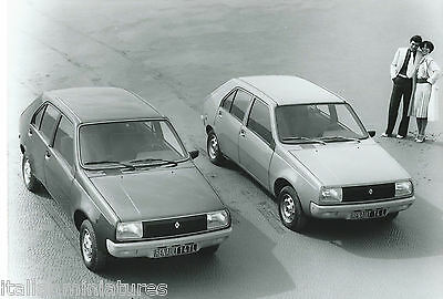Renault 14 TL and L Original Press Photograph Models in 1970's Clothing