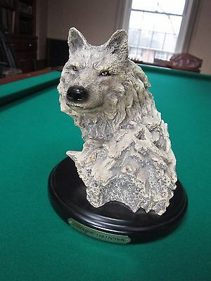 Beautiful Wellington Collection Cast Resin Wolf Head Statue Wildlife Wooden Base