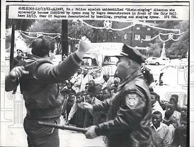 1961 Press Photo Police officers stopping protesters - nea82880